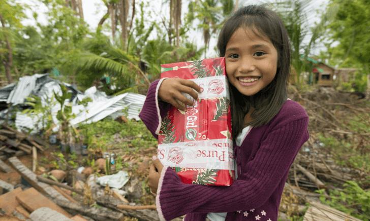 Американский мальчик отправил благотворительную посылку на Филиппины.  И много лет назад история продолжилась в романтическом  русле
