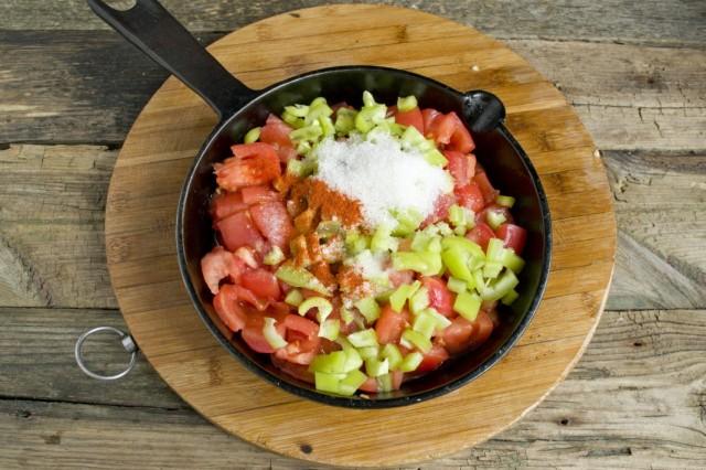 Выкладываем овощи в сковороду, добавляем соль, сахар и паприку
