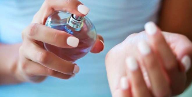 Как закрепить аромат духов на весь день -  очень простой трюк! теперь