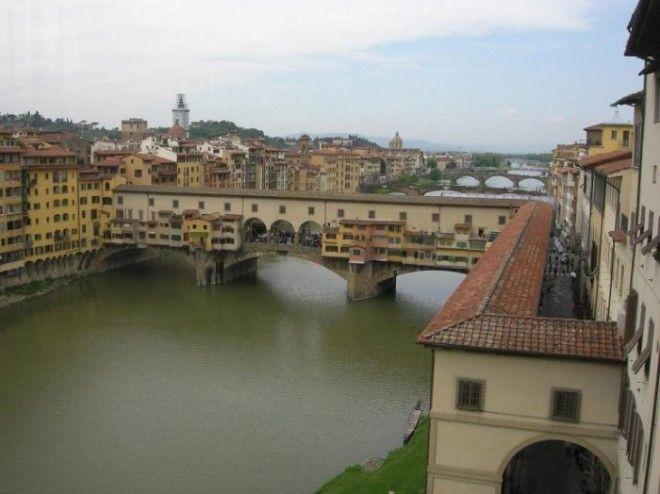 Этот грандиозный проект был построен архитектором Джорджо Вазари по указанию тосканского правителя Козимо Медичи для свободного и тайного перемещения между двумя дворцами