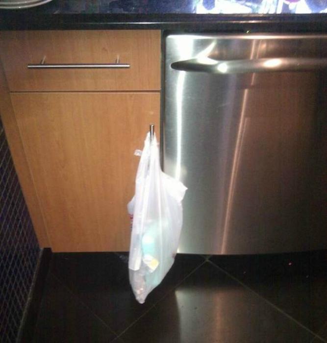 Повесьте маленький полиэтиленовый пакет возле плиты, чтобы не бегать каждый раз к мусорному ведру.