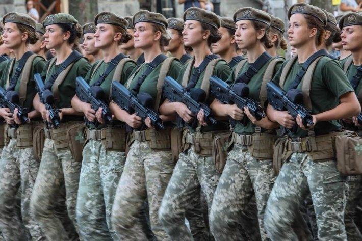 Все на передовую: на Украине уравняли положение женщин и мужчин в армии