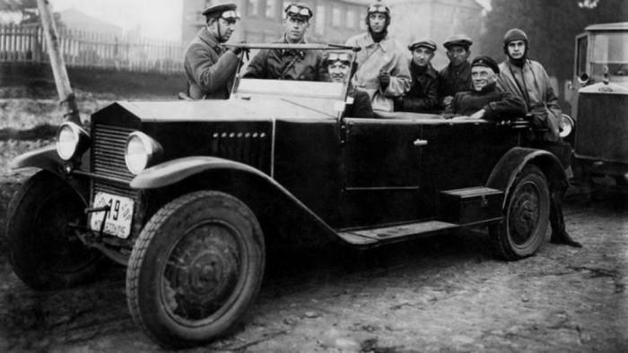 Машина была роскошью до войны.
