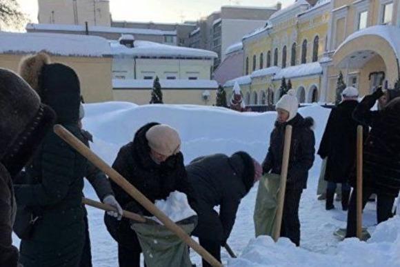 Чиновницу, отправившую учителей собирать снег в мешки, уволили