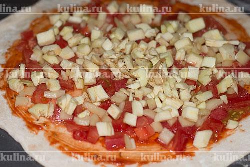 Баклажан очистить, нарезать мелким кубиком и положить на пиццу.