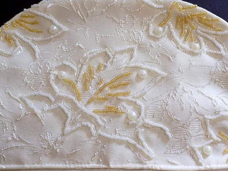 Расшиваем фабричную вышивку на ткани бисером