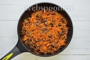 Грибы порезать пластинками и обжарить на растительном масле. Добавить лук и через 7 минут морковь. Обжарить овощи до полуготовности.