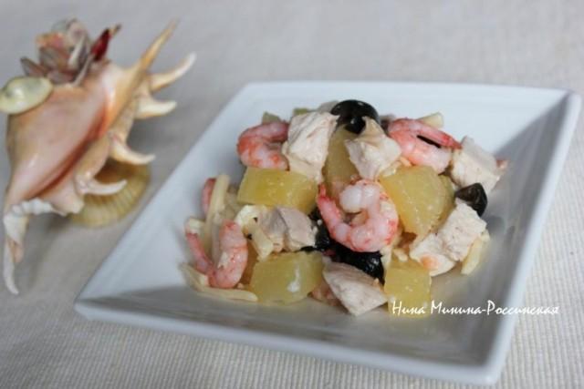 Куриный салат с ананасом и креветками