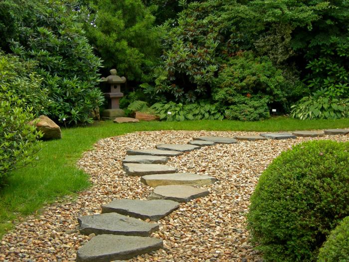Для мощения садовой дорожки в саду в восточном стиле желательно использовать природный необработанный камень.