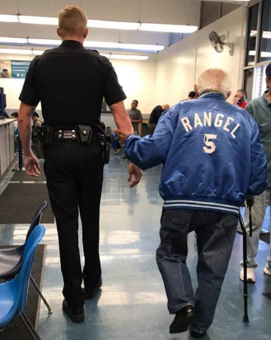Дедулю выгнали из банка и вызвали полицию, но офицер повел себя неожиданно