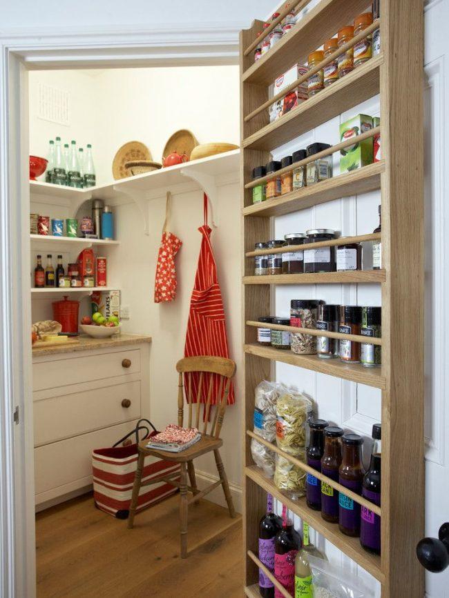 Небольшая кладовая на кухне со специями закрепленными на двери