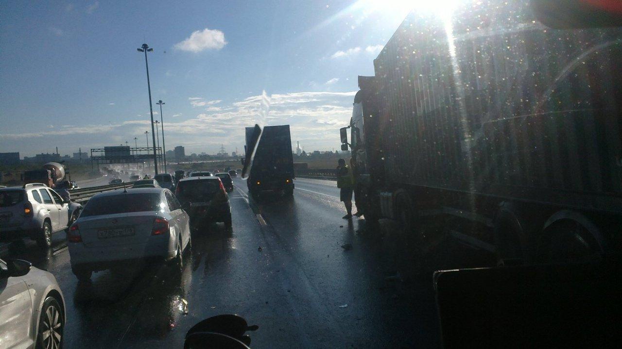 Массовое ДТП с двумя фурами на Пулковском шоссе привело к 8-балльной пробке