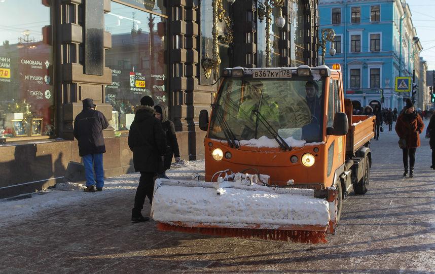 Гололед в Петербурге: В городе начали сыпать гранитную крошку