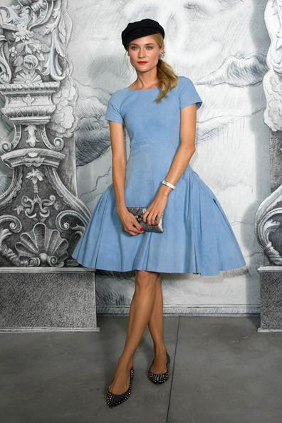 Актриса Диана Крюгер в балетках с узким носком и голубом платье по колено