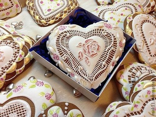 """Пряники имбирные в стиле """"Шебби шик"""" украшены ручной росписью с применением золота."""