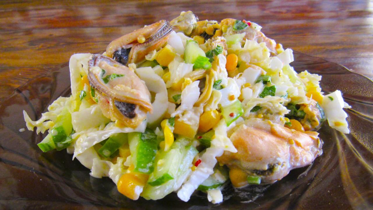 Салат из пекинской капусты и мидий «Легкость».