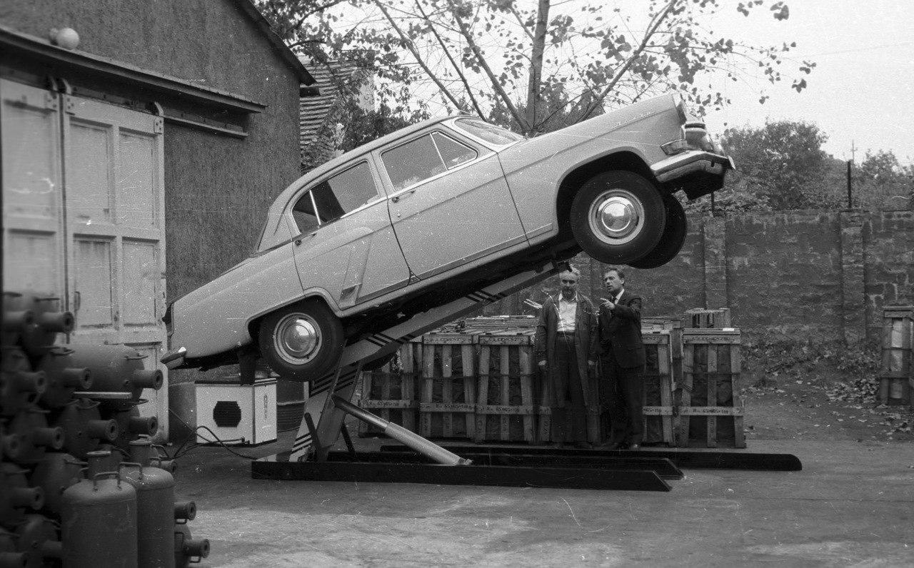 Типичный гидравлический автоподъемник на СТО тех лет