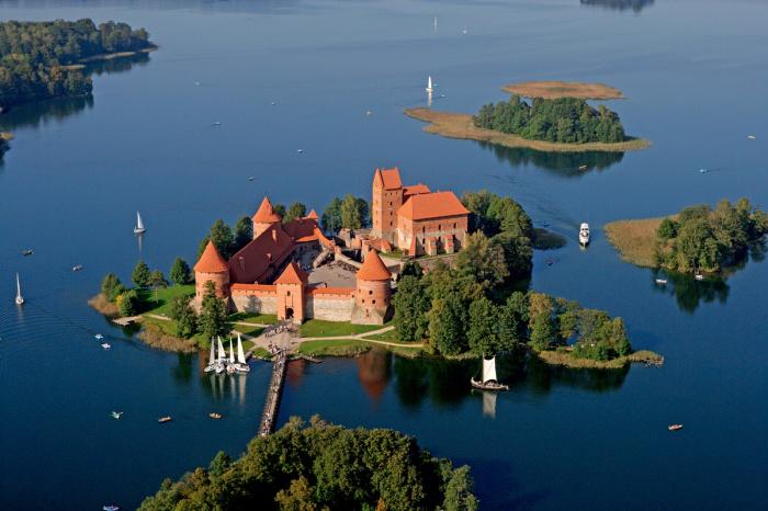 Тракайский замок расположен на одном из самых больших островов озера Гальве. blog.apltravel.ua.