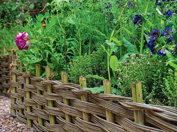 Мини-заборчики из плетня - оптимальный вариант для рустикального сада и обрамления грядок. Такую милую ограду легко изготовить своими руками.