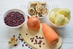 Продукты для супа: красная фасоль, шампиньоны, картофель, мясной бульон, лук и морковь.