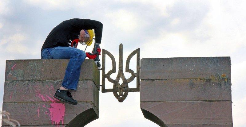 Посадят в тюрьму за желто-синий флаг: в Польше приняли новый закон, опасный для украинцев