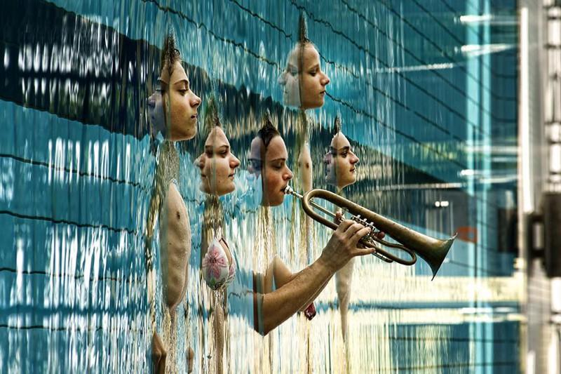 Оркестр вмонтированных в стену. С первого взгляда фото выглядит именно так. перспектива, правильный ракурс, прикол, фотографии, юмор