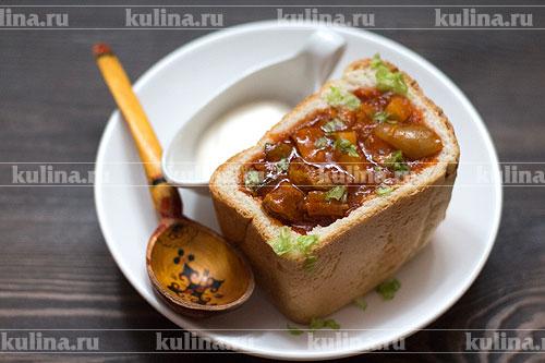 Хлеб разрезать пополам, удалить часть мякиша, разлить рагу по буханкам и подать к столу. Приятного аппетита!