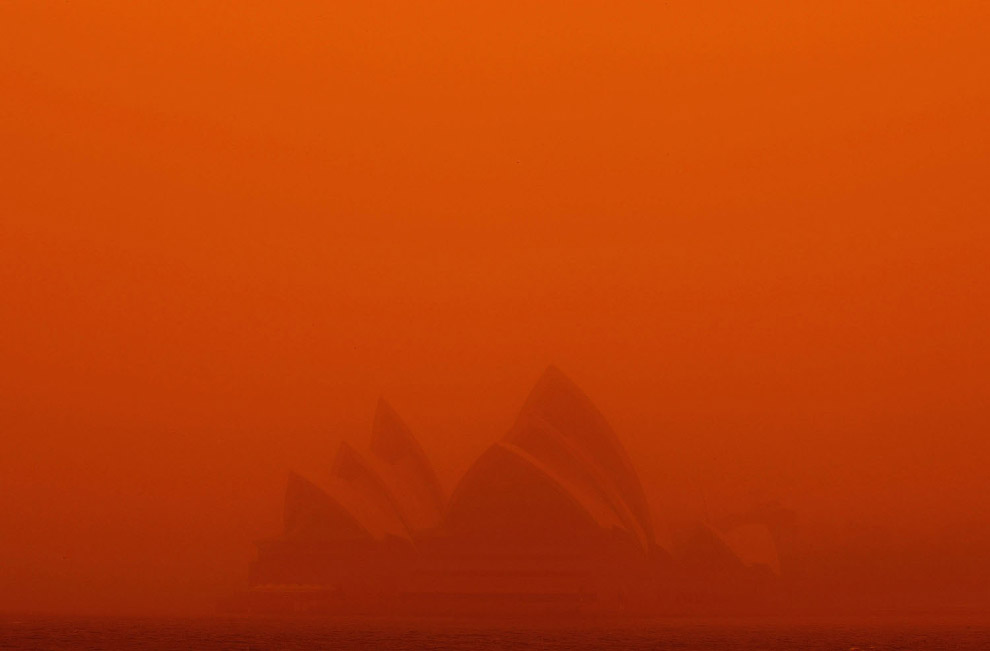 Сиднейский оперный зал в красной мгле