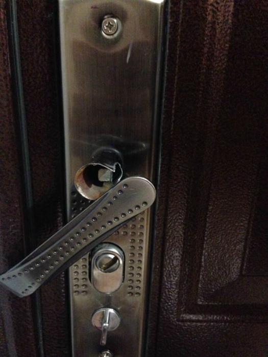 Сломанная дверь.