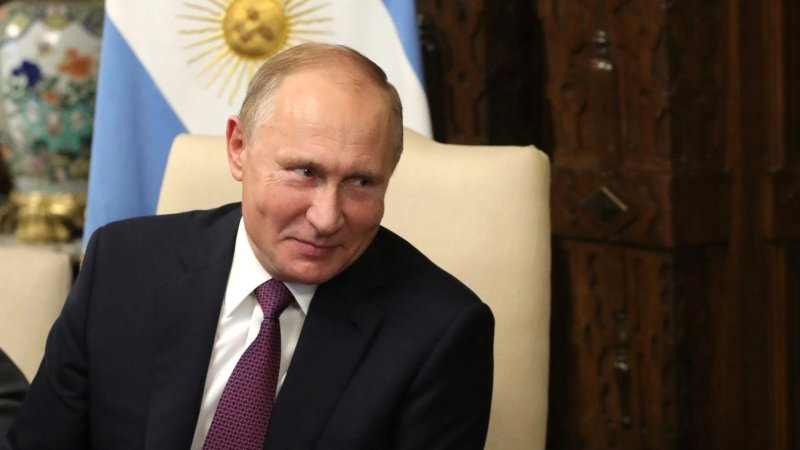 Песков рассказал подробности получения Путиным зарплаты и пенсии