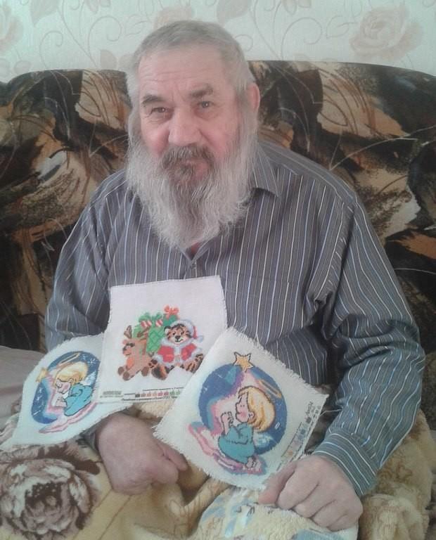 Этот дедушка вышивает каждый день, несмотря на то,что парализован уже более трех лет.