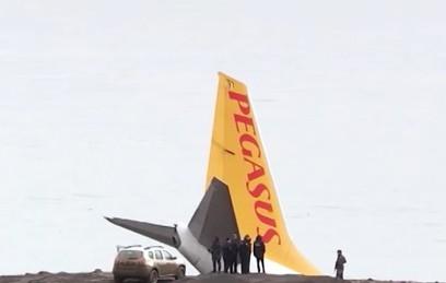 Самолет выкатился за пределы ВПП и скатился со склона в Турции