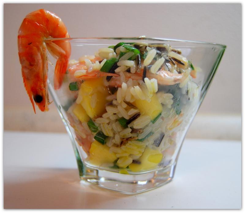 Рисовый салат с манго и креветками.