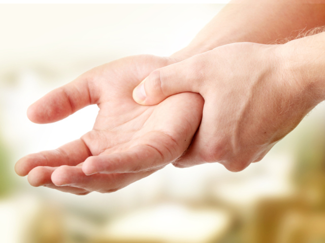 Если у вас немеют руки — срочно посетите врача. Вот 7 причин, что это может быть
