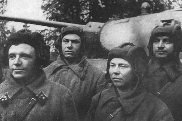 Как лучший танковый ас СССР уничтожил 52 немецких танка (2 фото)