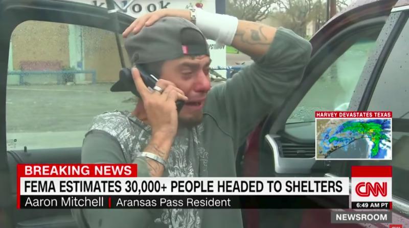 Парень спасся из урагана Харви, прошел 12 миль, но всего 1 телефонный звонок заставил его плакать!