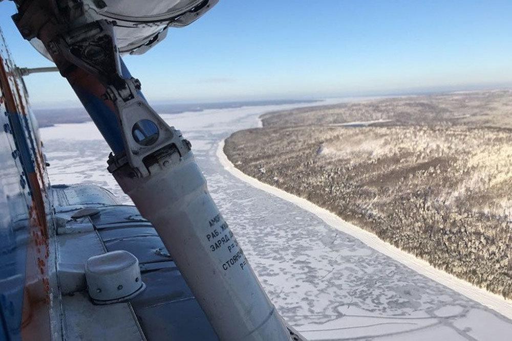 Пропавший вертолет нашли вмерзшим в лед Братского водохранилища