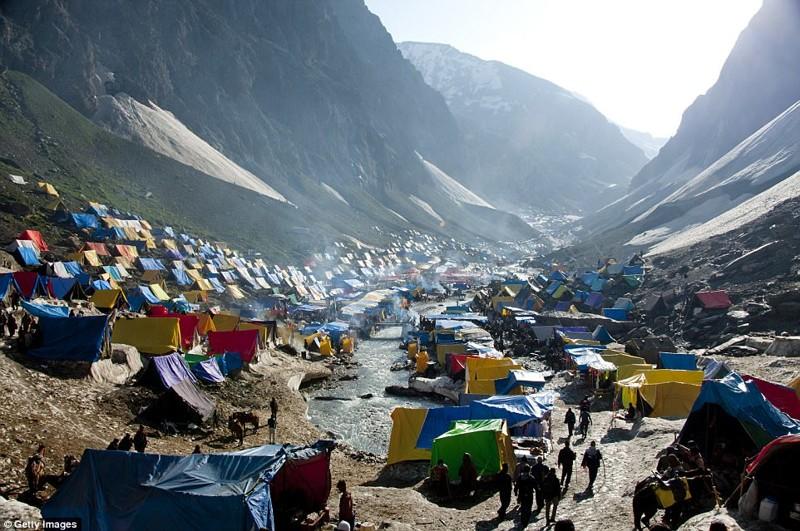 Амарнатх - одна из наиболее известных индуистских святынь, окруженная заснеженными горами в индийском штате Джамму и Кашмир кемпинг, мир, опасность, отдых, палатка, путешествие, турист, экстрим