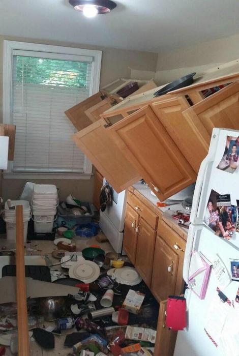 Обрушение шкафчиков.