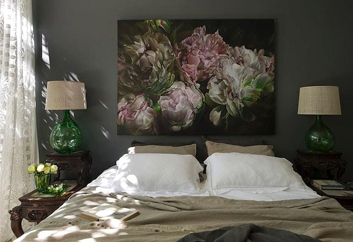 Красивая картина с пионами на фоне черной стены в спальне фото