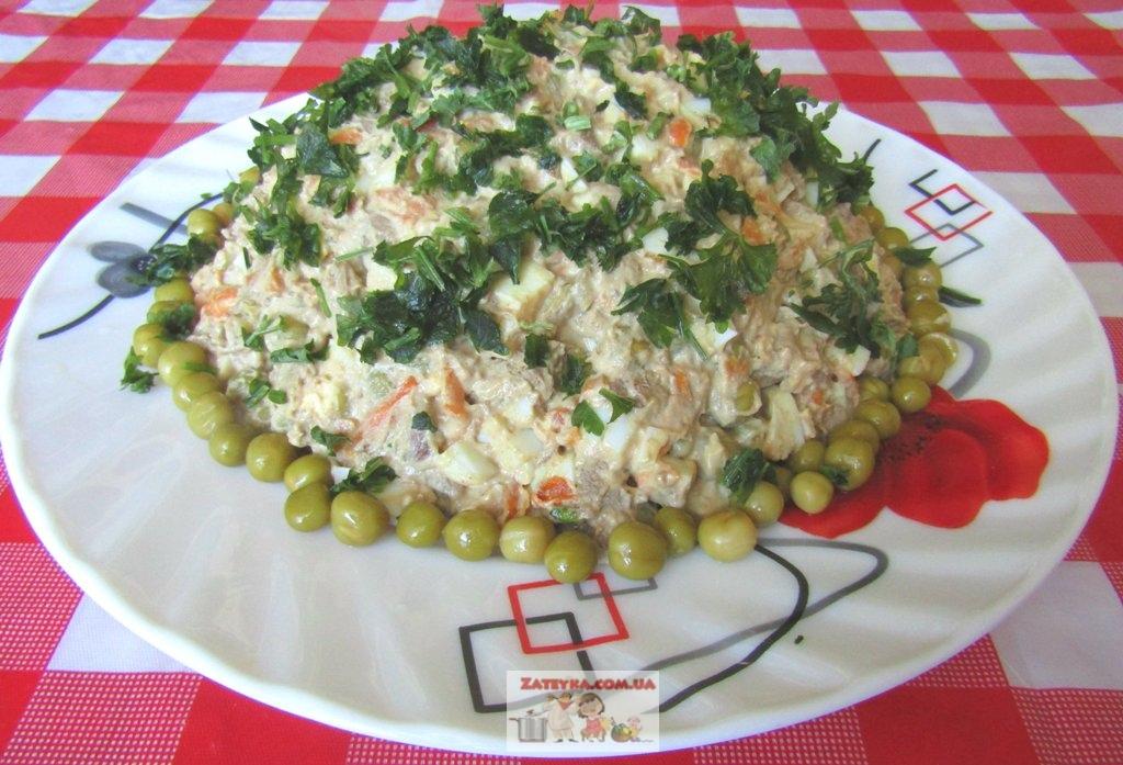 Салат с куриной печенью, яйцами и овощами.