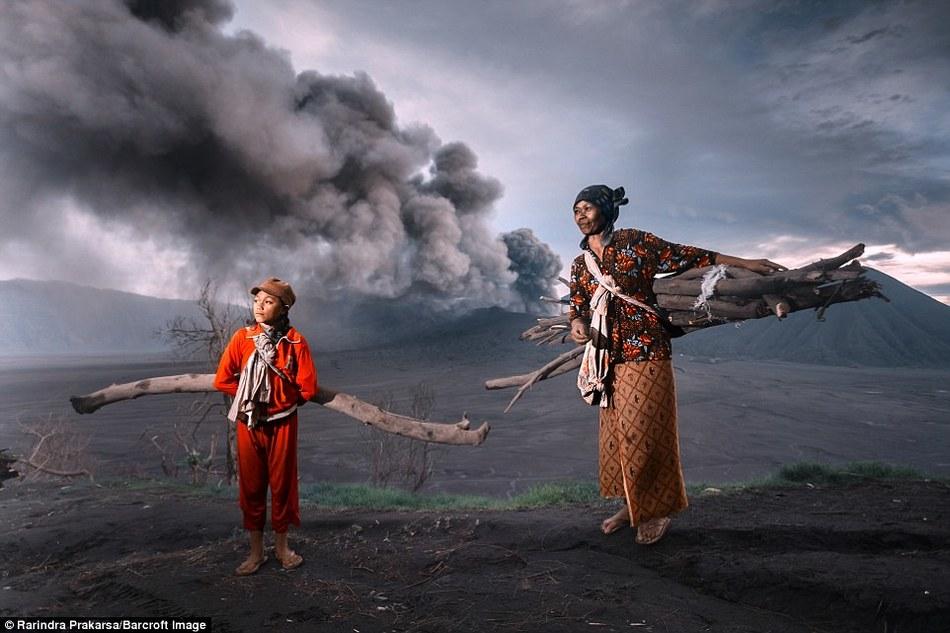 Бесстрашный индонезийский народ, живущий вблизи извергающегося вулкана Бромо