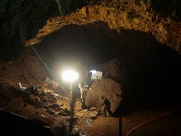 Пещеру в Таиланде, где едва …