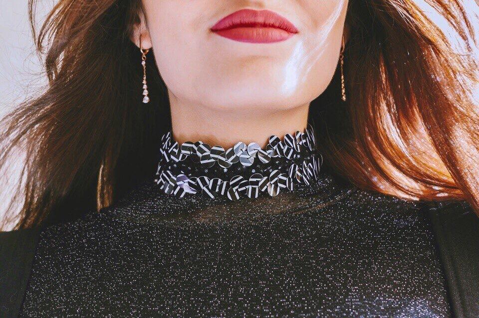 Модная деталь — чокер на женской шее