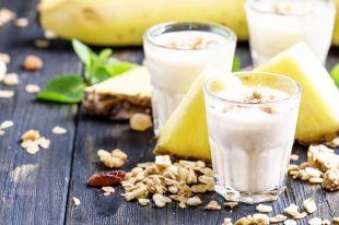 С ананасом, хурмой и безе. 10 эффектных рецептов овсянки