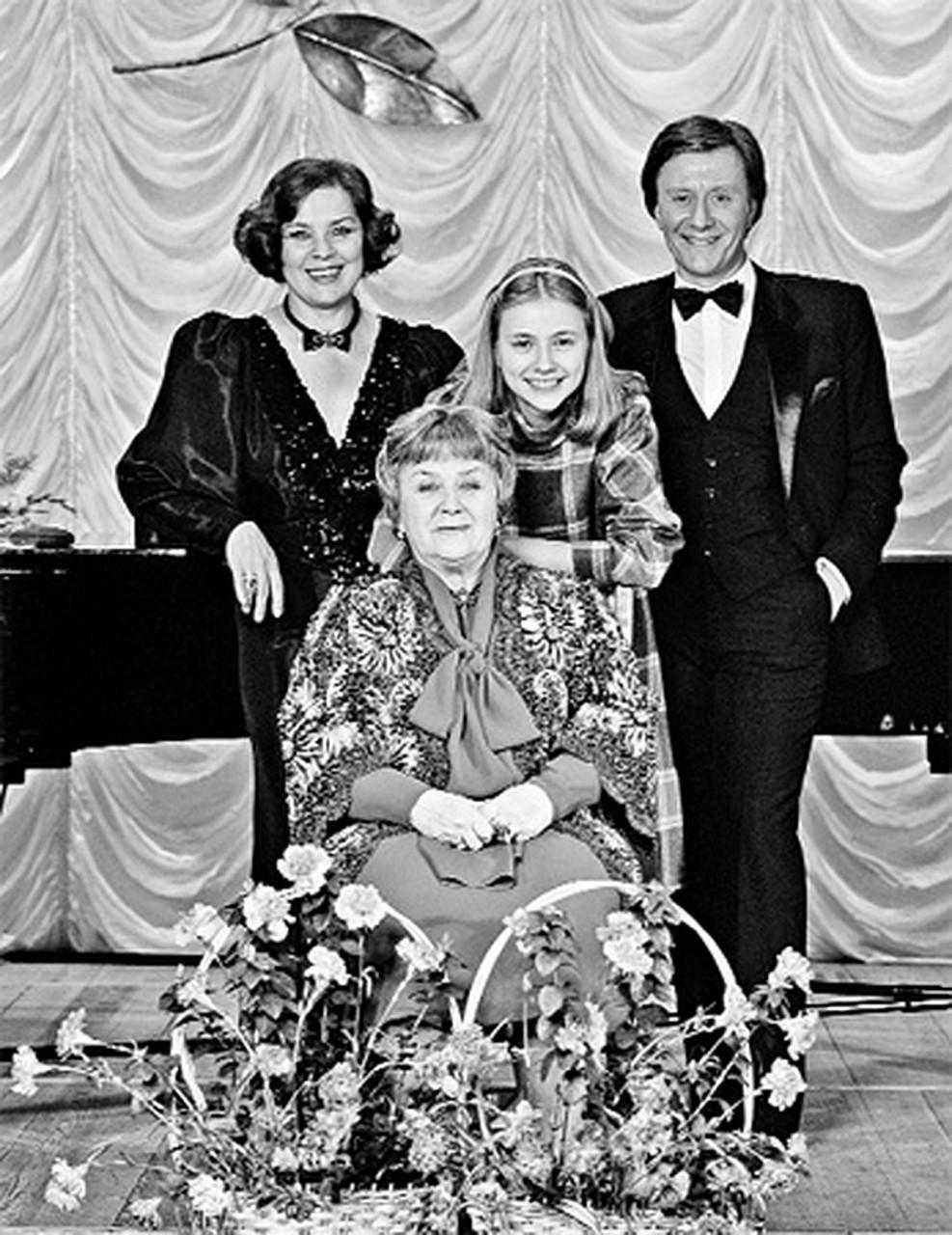Звездное семейство: Лариса Голубкина, Мария Голубкина, Андрей Миронов и Мария Владимировна Миронова (в центре).