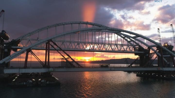 """Крымский мост станет """"бархатным"""": Российские поезда въедут на переправу без лишнего шума"""
