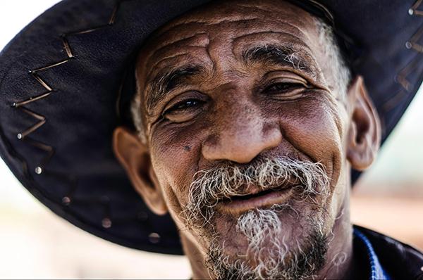 Долгожители много смеются и шутят. Чувство юмора помогает разряжать обстановку и избавляться от стресса. А заодно снижает риск развития сердечно-сосудистых заболеваний.