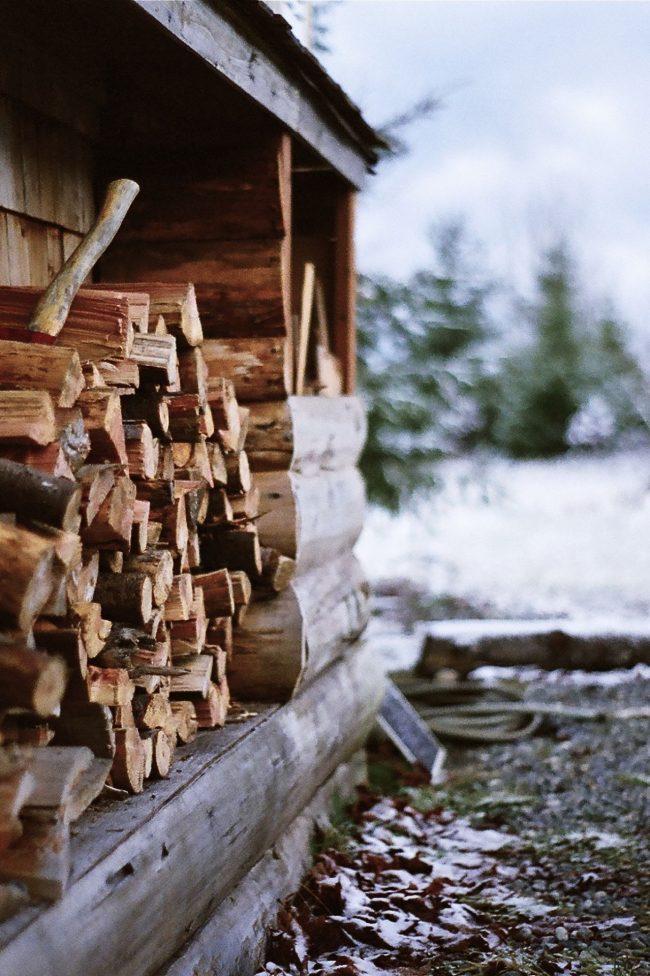 Вы можете обустроить обычный небольшой навес для хранения дров, где можно будет удобно хранить все запасы древесиныВы можете обустроить обычный небольшой навес для хранения дров, где можно будет удобно хранить все запасы древесины