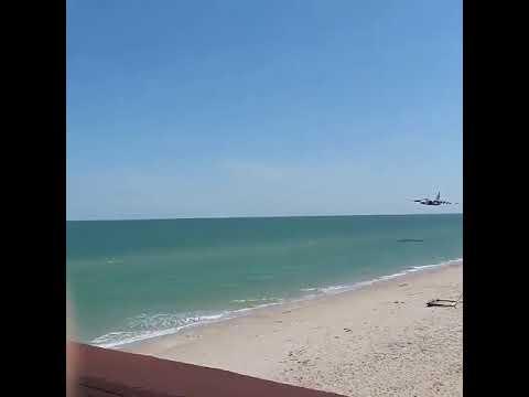 «Игры патриотов»: украинский самолет-штурмовик пролетел над головами отдыхающих на пляже